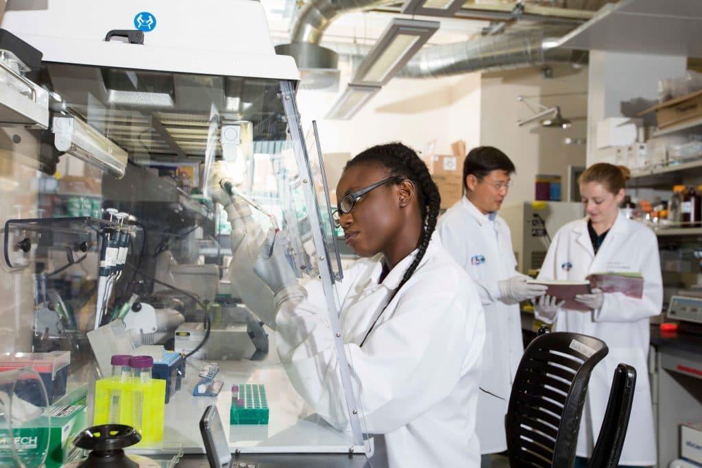 Mimi Mbegbu in lab