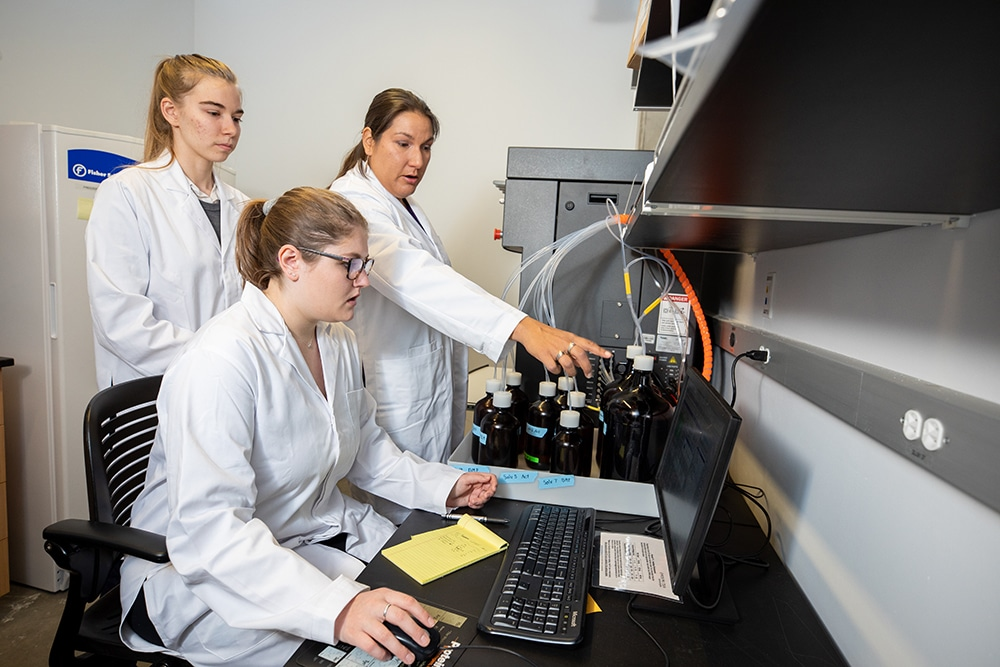 Lee in lab with students
